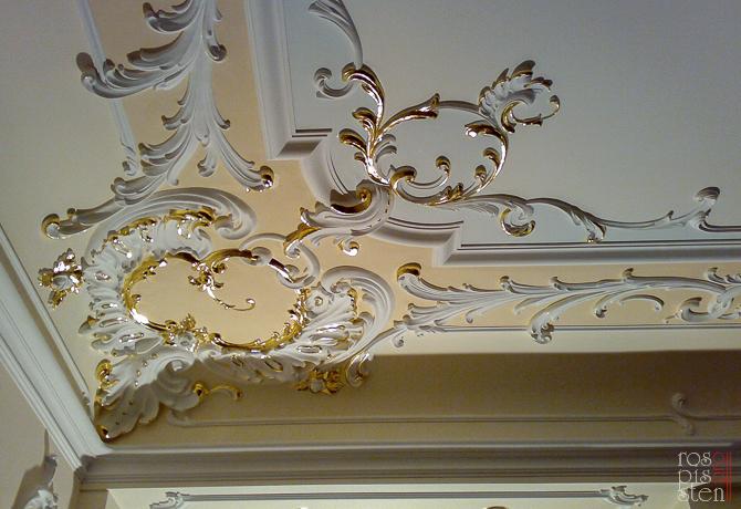 золочение элементов потолка