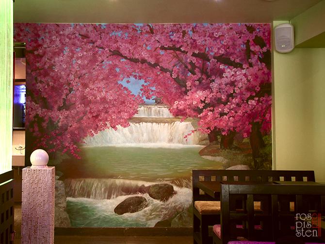 роспись ресторана, цветущая сакура, водопад