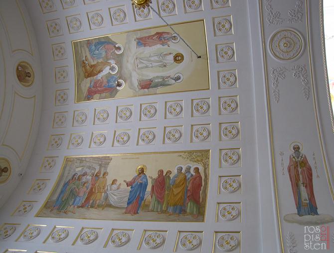 Композиции на потолке храма.