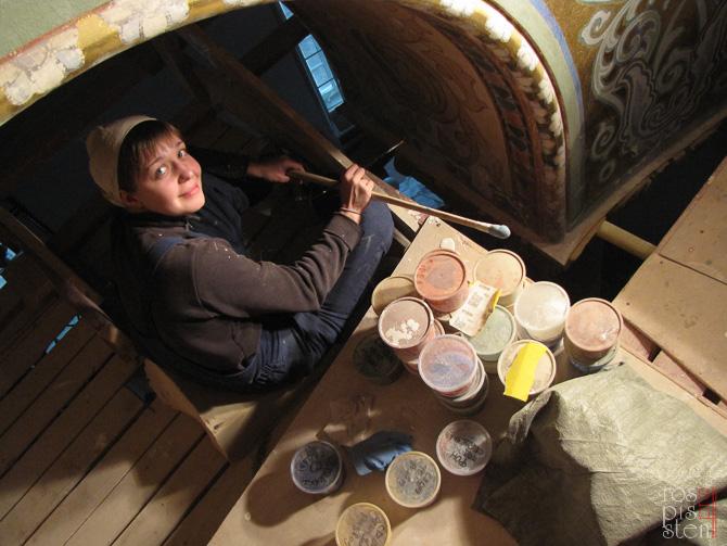 художник-реставратор Светлана Фаленкова во время работы