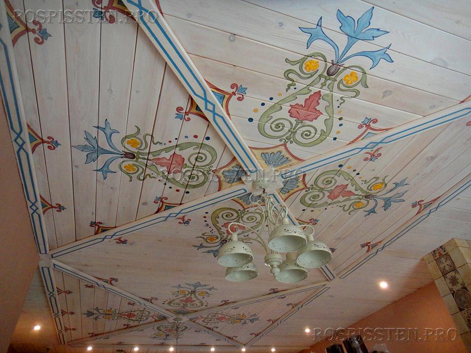 орнаменты на деревянном потолке загородного дома